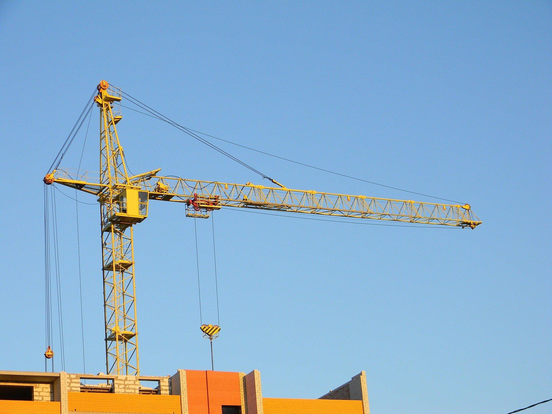 Podnośnik koszowy - niezbędnik na placu budowy