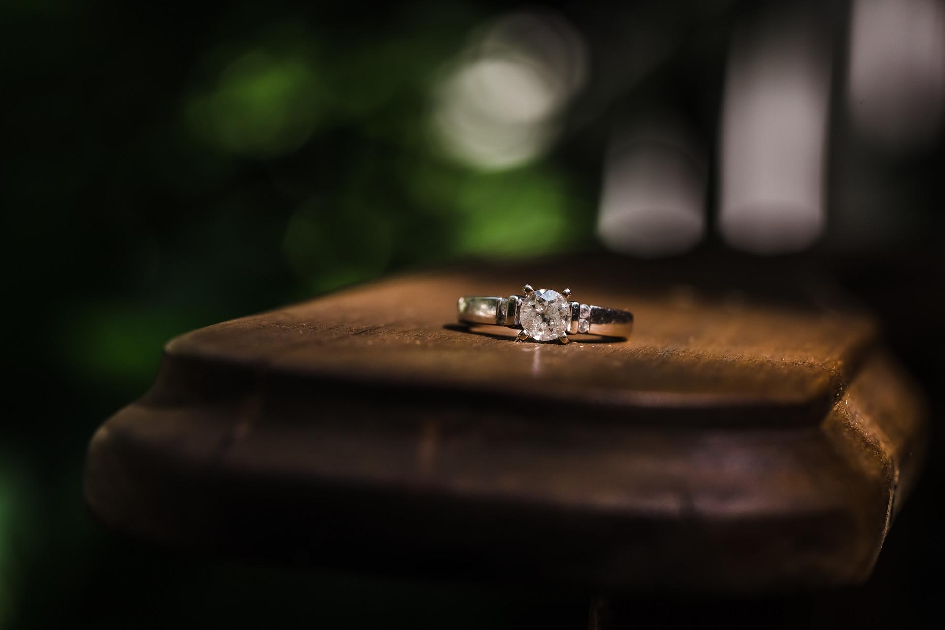Poradnik, jak wybrać pierścionek zaręczynowy