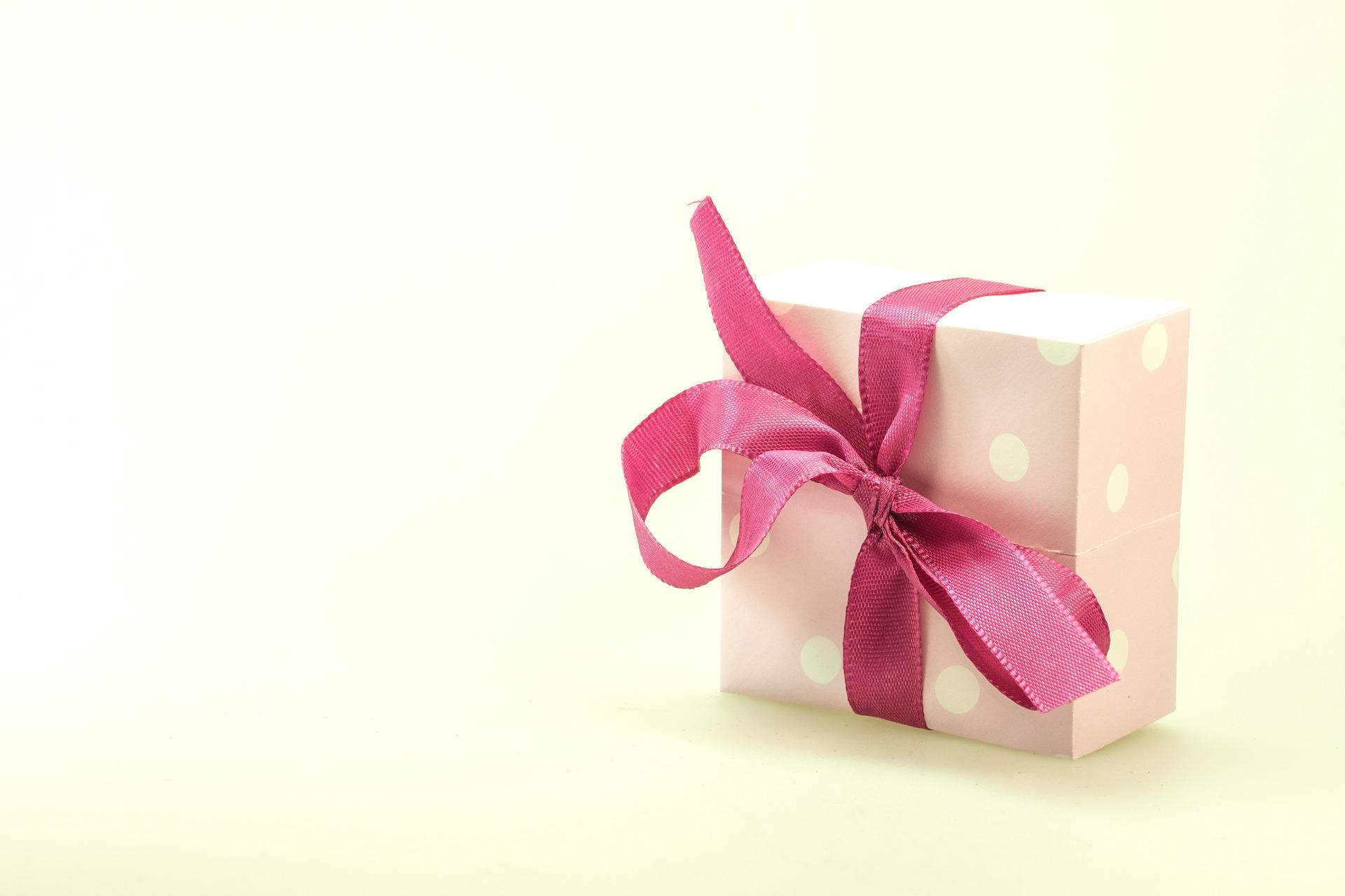Jaki prezent dla pracowników? Kosze prezentowe to uniwersalny pomysł, bez względu na okoliczności